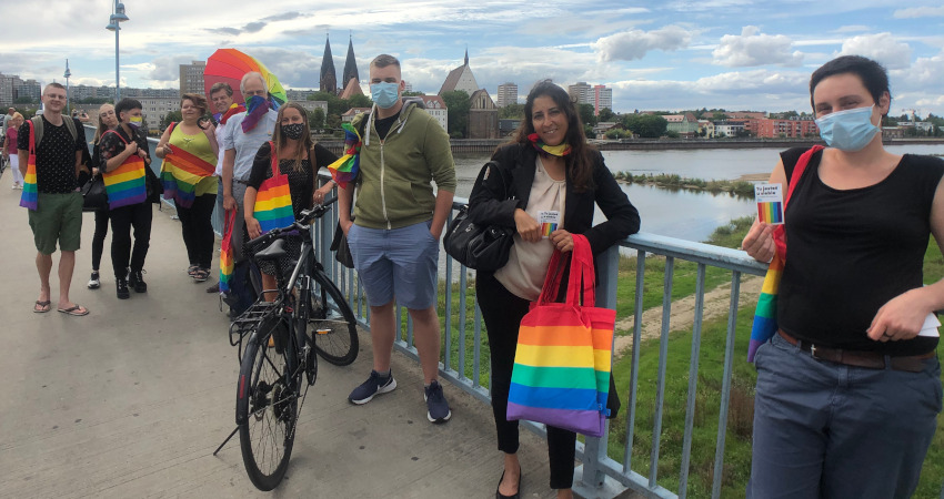 Heiner Klemp gemeinsam mit Sahra Damus, Tomasz Anisko und Aktivist*innen aus Deutschland und Polen auf der Brücke, die Frankfurt/Oder und Slubice verbindet.