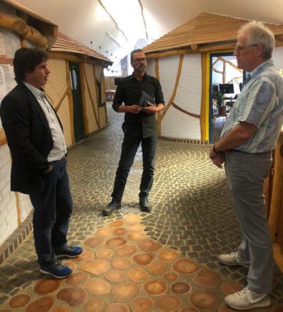 Die SIK-Holz-Geschäftsführer Klaus-Peter Gust und Marc Oelker mit Heiner Klemp (von links).