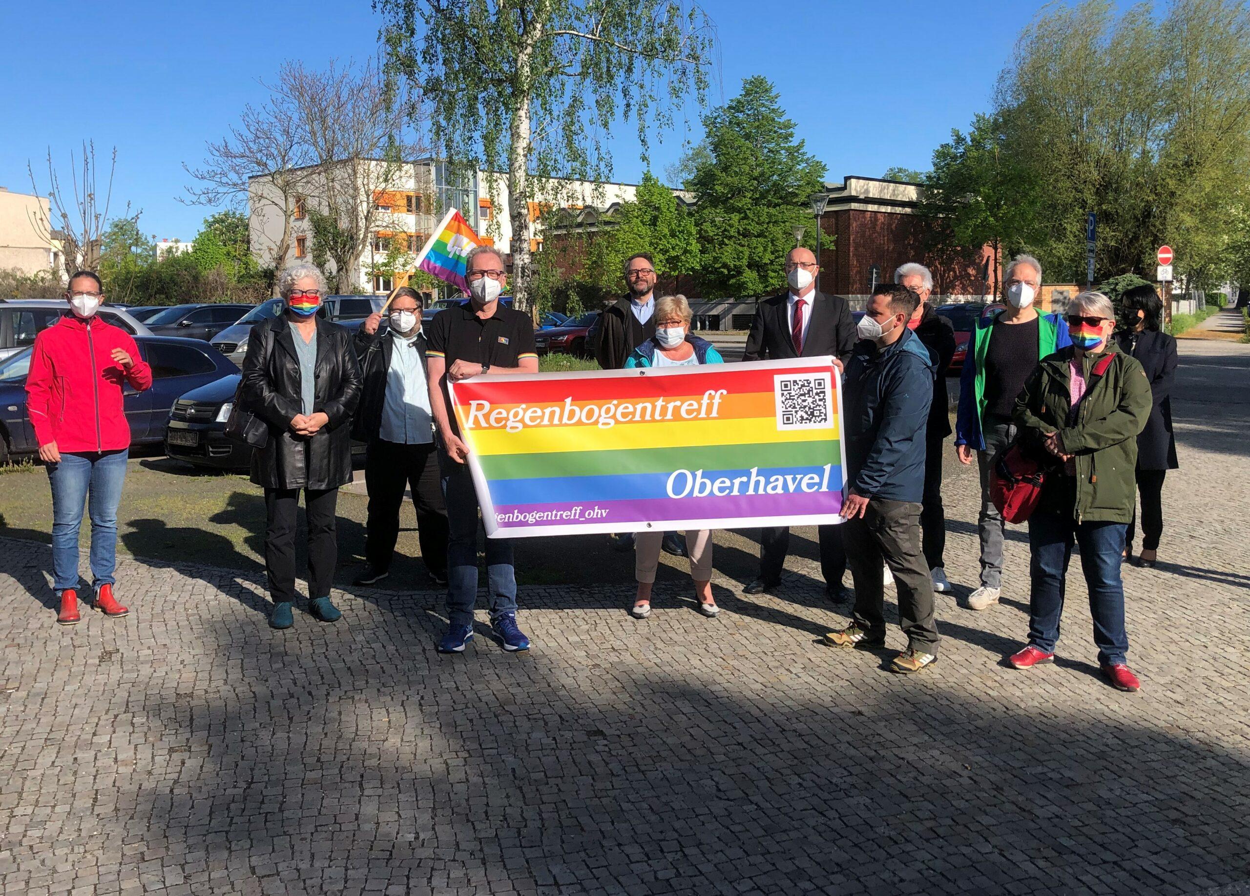 Gemeinsam mit Aktivist:innen vom Regenbogentreff Oberhavel haben wir heute an der Kreisverwaltung ein Zeichen für Vielfalt und Akzeptanz gesetzt.