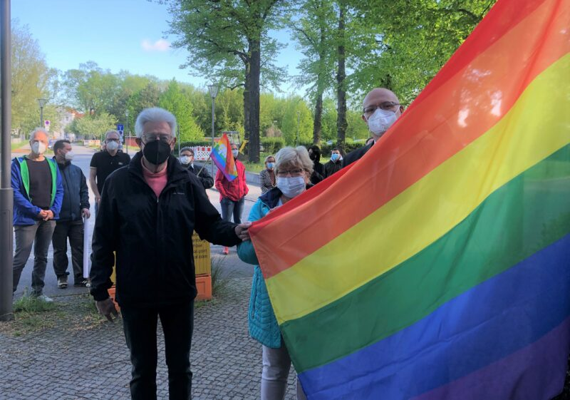 Wolfgang Krüger, Birgit Lipsky und Ludger Weskamp haben die Regenbogenflagge gehisst.
