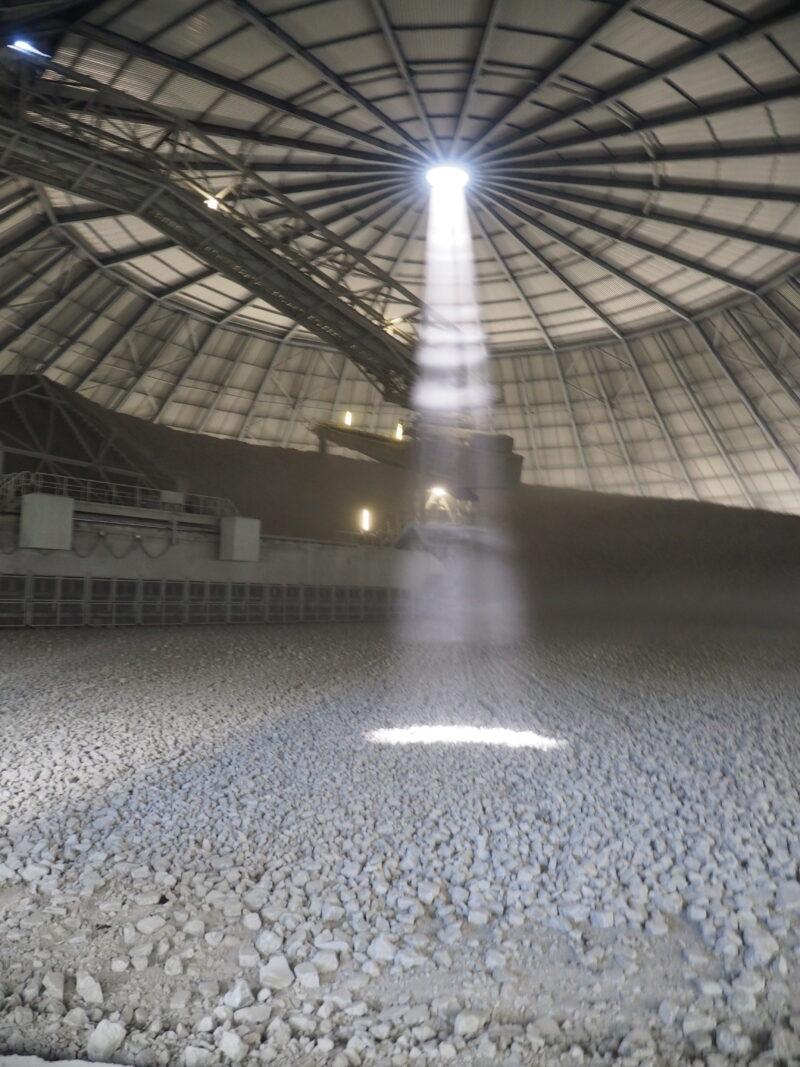 Ein Lichtstrahl in der Mischanlage für die Steine aus dem Tagebau.