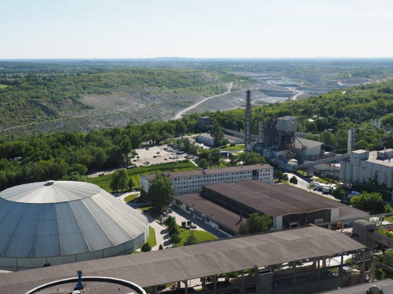 Blick von oben: ein Teil des Zementwerks und der Tagebau.