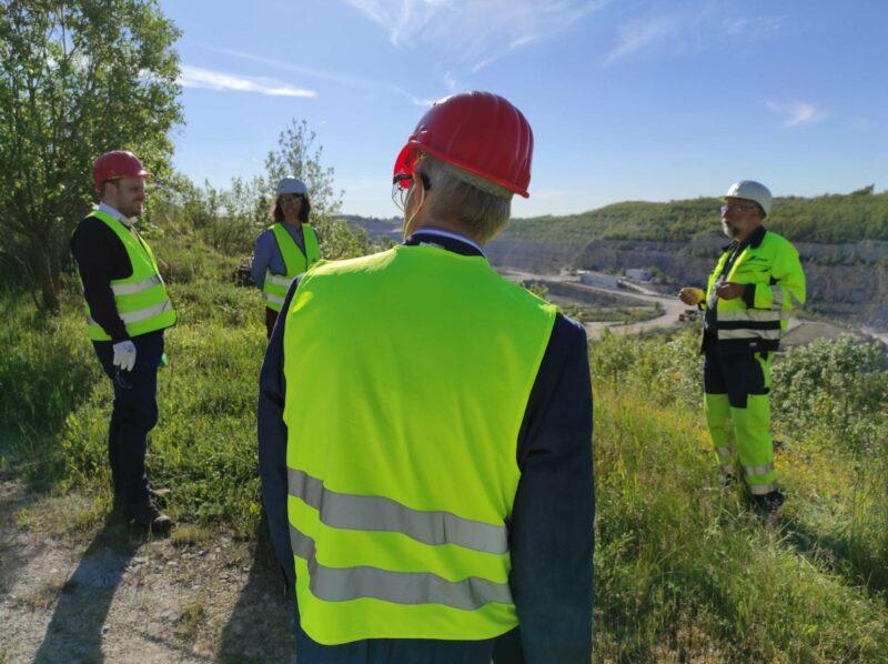 Thomas Weber, Leiter des Tagebaus (rechts), führte uns durch das Werk und den Kalksteinbruch..