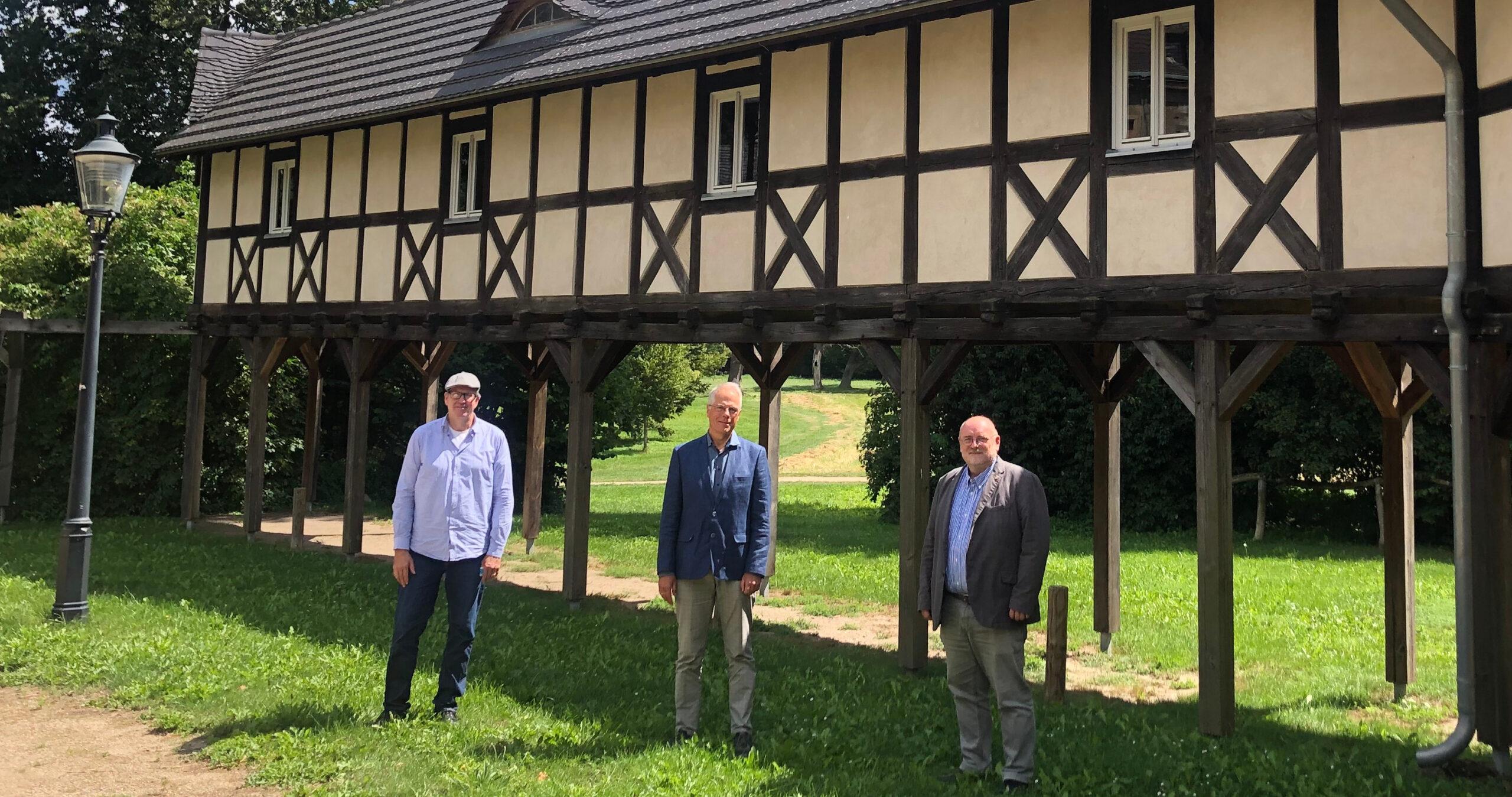 Am alten Schloss: Baruths Koordinator für kommunale Enwicklungspolitik, Karsten Wittke, Heiner Klemp und Bürgermeister Peter Ilk (von links).