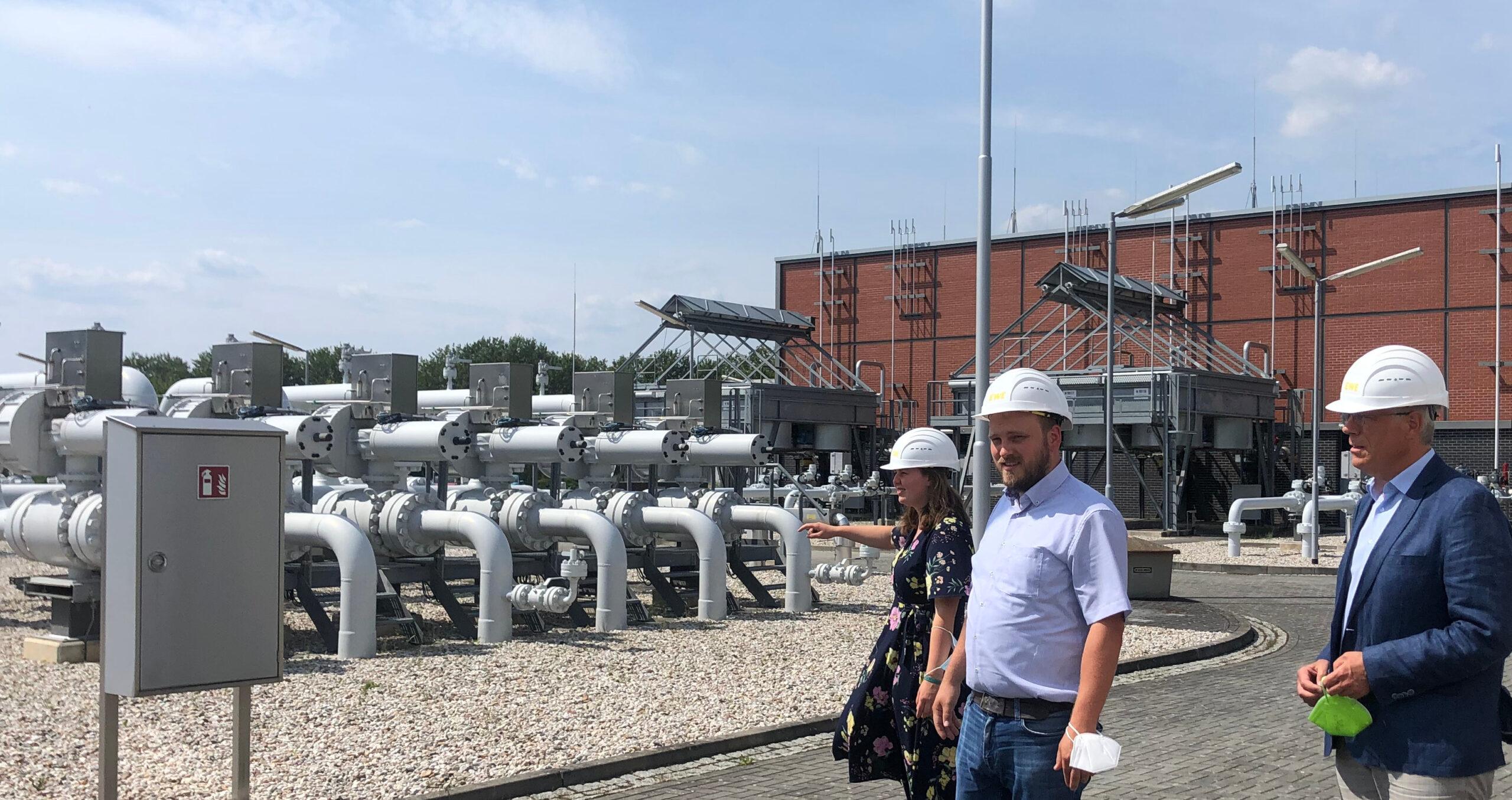 Zu Besuch auf dem Gelände des EWE-Gasspeichers Rüdersdorf: Ricarda Budke, Clemens Rostock und Heiner Klemp.