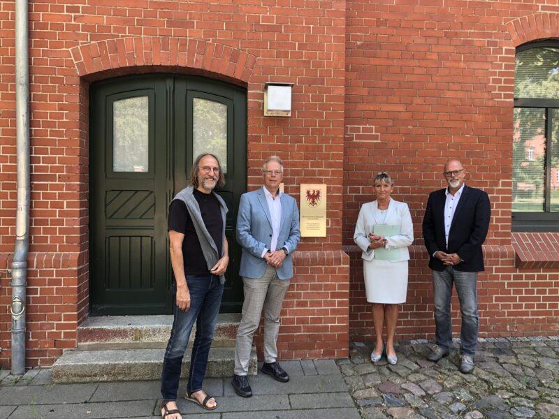 Der bündnisgrüne Neuruppiner und Kreistagsabgeordnete Wolfgang Freese (links) begleitete Heiner Klemp beim Besuch in der Staatsanwaltschaft.